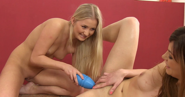 Hot girls Cayla and Loreen play a piss game