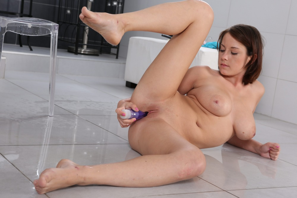 Pretty brunette sprays piss all over herself